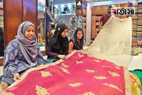 চট্টগ্রামে নারীদের পছন্দ দেশি শাড়ি
