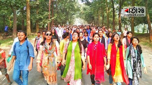 JU students reject the authority's hall closure orders