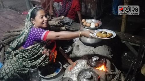 পিঠা বিক্রি করে সচ্ছল সাহিদা বেগম