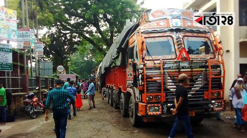 হিলিতে লাগামহীন পেঁয়াজের দাম, ভারতে আটকে আছে কোটি কোটি টাকার এলসি