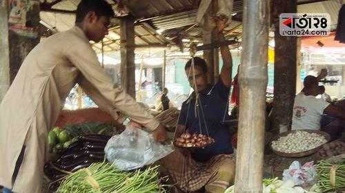 গাইবান্ধায় পেঁয়াজ লাগামহীন, বাড়তি সবজির দামও