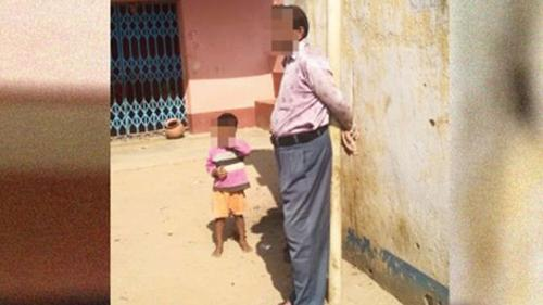 স্কুলে দেরি করে আসায় শিক্ষককে খুঁটিতে বাঁধল গ্রামবাসী