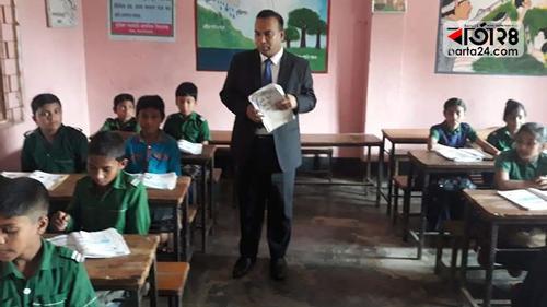 প্রাথমিক বিদ্যালয়ে ক্লাশ নিলেন ডিসি