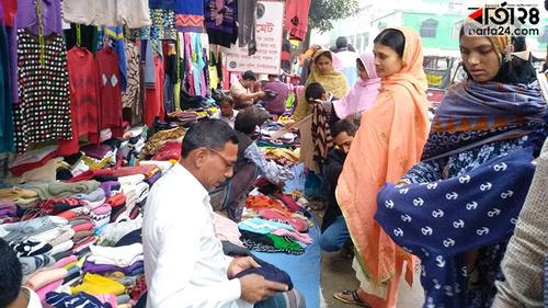 চাঁপাইনবাবগঞ্জে সরগরম ফুটপাতের শীত পোশাকের বাজার