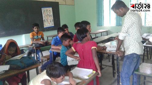 'ভাড়াটে' শিক্ষক দিয়েই চলে প্রাথমিক বিদ্যালয়!