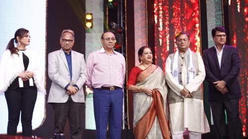 জমকালো আয়োজনে চলছে তারকা বহুল 'ভারত-বাংলাদেশ ফিল্ম অ্যাওয়ার্ডস' অনুষ্ঠান