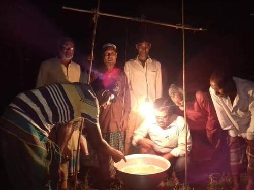 পোকা দমনে কুষ্টিয়ার মিরপুরে আলোক ফাঁদ