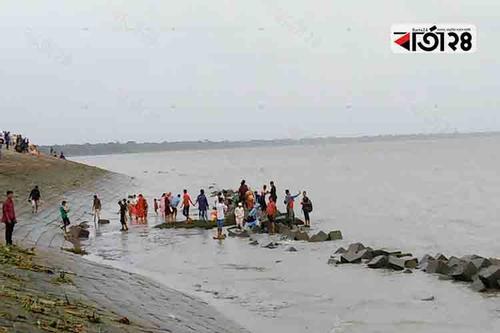 নদী আর নির্মল প্রকৃতিতে মুগ্ধ দর্শনার্থীরা