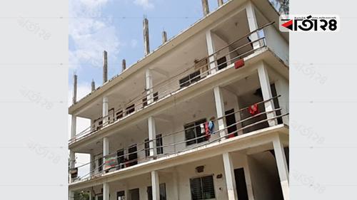 মাদরাসায় রেলিংয়ের বদলে বাঁশ, ঝুঁকি নিয়ে পাঠদান