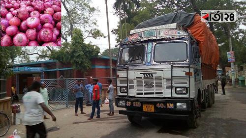 ভারতে বন্যা: হিলি স্থলবন্দরে কমছে পেঁয়াজের আমদানি