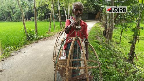 গ্রাম ঘুরে আচার বিক্রি করেন ৭০ বছরের বৃদ্ধ