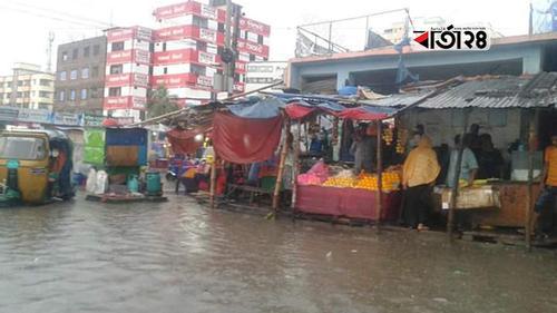 আধাঘণ্টার বৃষ্টিতে ডুবল চাঁদপুরের হাজীগঞ্জ বাজার