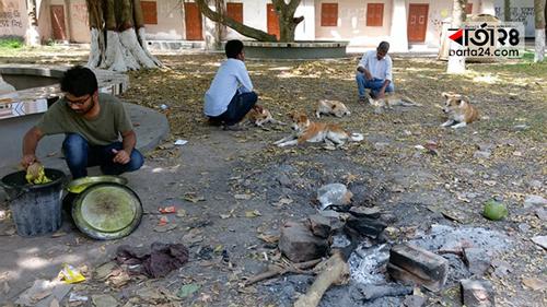 ফাঁকা ক্যাম্পাসে পোষা প্রাণীদের খাবার দিচ্ছেন তিন শিক্ষার্থী