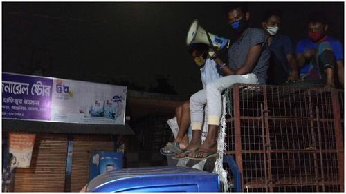 শ্রমিক কলোনির ভিন্নরূপ, সঙ্গরোধে কাজ করছে স্থানীয় স্বেচ্ছাসেবক