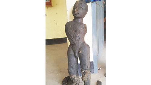 নাটোরে পুকুর খননকালে প্রাচীন কাষ্ঠমূর্তি উদ্ধার