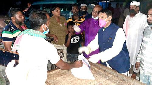 খাবার নিয়ে হতদরিদ্রদের দ্বারে দ্বারে সস্ত্রীক এমপি মনজুর