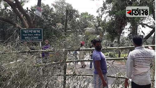করোনা ঝুঁকি এড়াতে শাহরাস্তি-রামগঞ্জ সড়ক অবরুদ্ধ