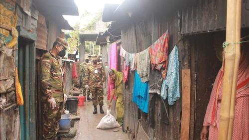 দরিদ্র পরিবারে শুকনো খাবার বিতরণ করছে সেনাবাহিনী