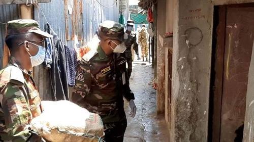 না'গঞ্জে বাড়িতে খাদ্যসামগ্রী পৌঁছে দিচ্ছে সেনাবাহিনী