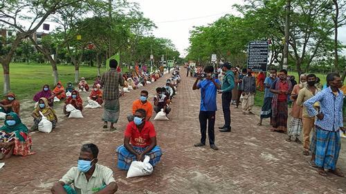 বেরোবিতে কর্মহীন ৩২০ পরিবারকে খাদ্য সহায়তা