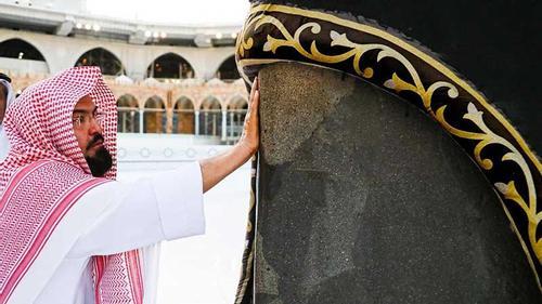 পবিত্র কাবায় উদের সুগন্ধি মাখালেন শায়খ সুদাইস