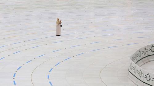 পবিত্র কাবার সামনে একাকী মোনাজাতে মশগুল এক নারী