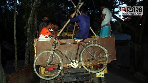 ট্রাকে গাদাগাদি করে কর্মস্থলে ফিরছেন নিম্ন আয়ের মানুষ