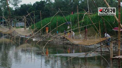 'কাম নাই, সংসার চালাবার জনতে মাছ ধরি'