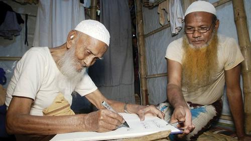 ১০৮ বছর বয়সী রোহিঙ্গা ক্যালিগ্রাফার মোহাম্মদ এরশাদ