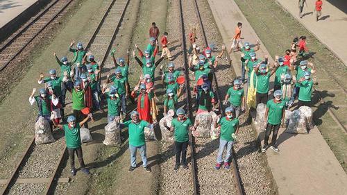 গাইবান্ধা রেলস্টেশন পরিষ্কারে একদল তরুণ-তরুণী
