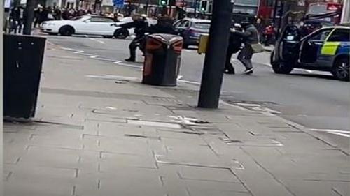 লন্ডনে ছুরিকাঘাতে ৩ পথচারী আহত, হামলাকারী পুলিশের গুলিতে নিহত