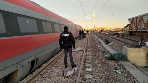 ইতালিতে ট্রেন লাইনচ্যুত হয়ে দুইজন নিহত