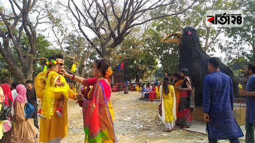 বাসন্তী রঙে সেজেছে রাবি ক্যাম্পাস