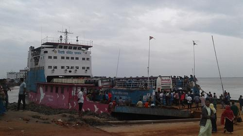 দৌলতদিয়া-পাটুরিয়ায় ১০ ঘণ্টা পর ফেরি চলাচল শুরু