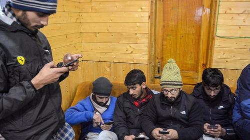 ৫ মাস পর কাশ্মীরে এসএমএস সেবা চালু