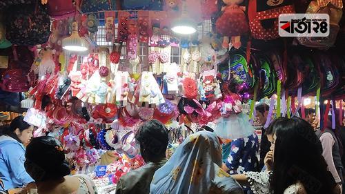 ক্রেতা-দর্শনার্থীতে মুখরিত বাণিজ্য মেলা