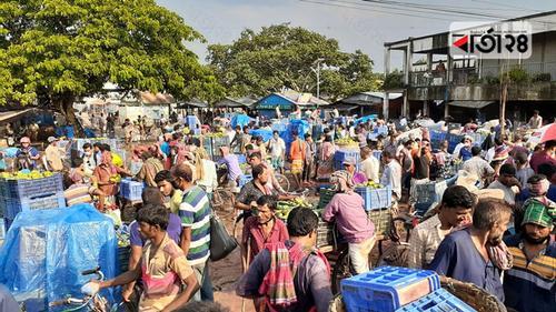 মৌসুমজুড়ে চড়া বাজার, তবুও আম নিয়ে 'কাড়াকাড়ি'