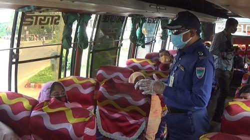 স্বাস্থ্যবিধি মেনে বাস চলাচল নিশ্চিতে ঝিনাইদহে পুলিশের অভিযান