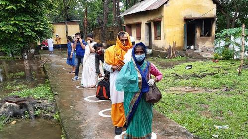 বাংলাদেশে আটকা পড়া ১২০ ভারতীয় ফিরলেন দেশে