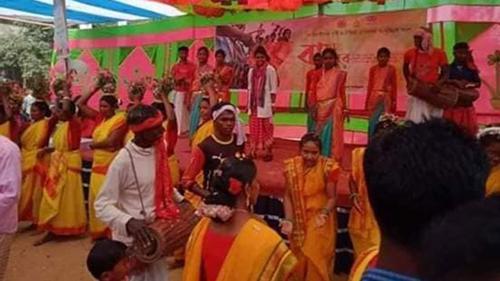 গাইবান্ধায় নাচে-গানে সাঁওতালদের বসন্ত উৎসব