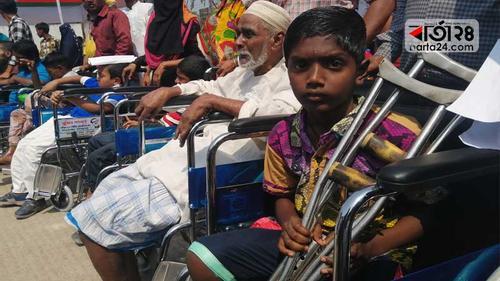 মুজিব বর্ষে হুইল চেয়ার উপহার পেল ১০০ প্রতিবন্ধী