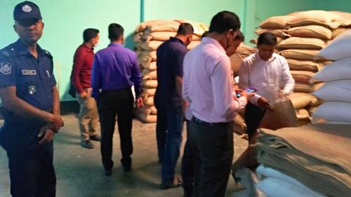চাঁপাইনবাবগঞ্জে ব্যবসায়ীদের ৪ লাখ টাকা জরিমানা