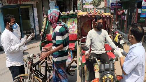 ময়মনসিংহে মাস্ক-হ্যান্ড গ্লাভস পেলেন শ্রমজীবীরা
