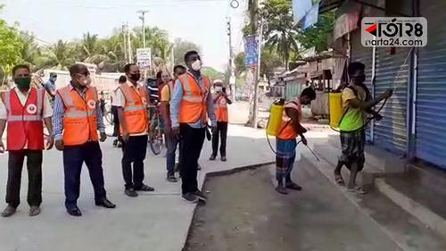 পটুয়াখালী শহরে জীবাণুনাশক স্প্রে করছে পৌরসভা