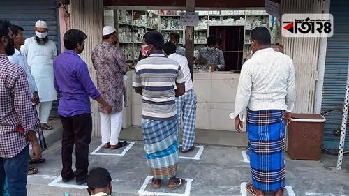 করোনা: দোকানের সামনে ৩ ফিট দূরত্বে রেখা অঙ্কন