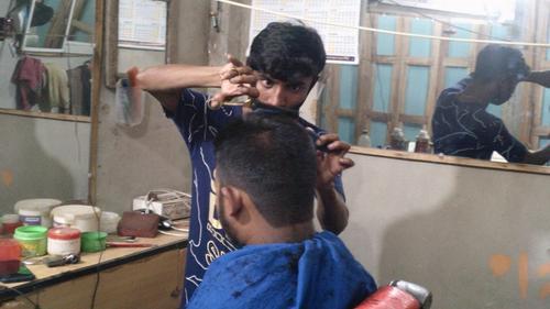 করোনা: বন্ধ ঘরে গোপনে কাজ করেন সেলুন কারিগররা