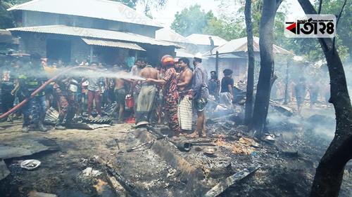 মুকসুদপুরে অগ্নিকাণ্ডে ১২ ঘর পুড়ে ছাই