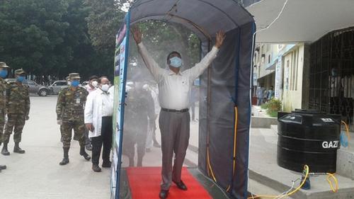 রমেকে সেনাবাহিনীর জীবাণুনাশক স্প্রে বুথ স্থাপন