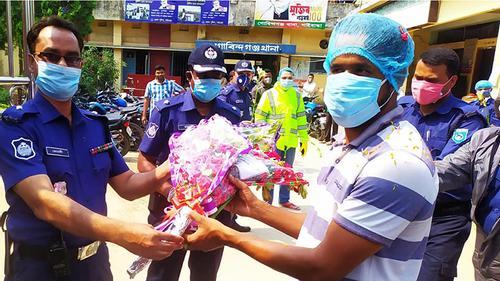 কর্মস্থলে ফিরলেন করোনা জয়ী পুলিশ সার্জেন্ট মামুন