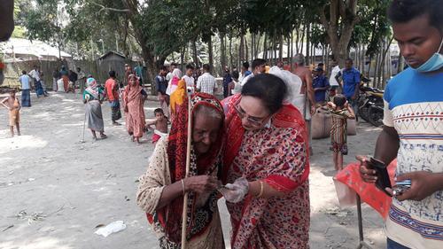 বুকে টেনে নিয়ে বৃদ্ধাকে নগদ অর্থ দিলেন মহিলা এমপি হোসনে আরা